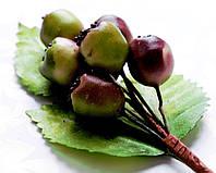 Бутоньерка Ягодки на проволоке с листиками, декоративные ягоды