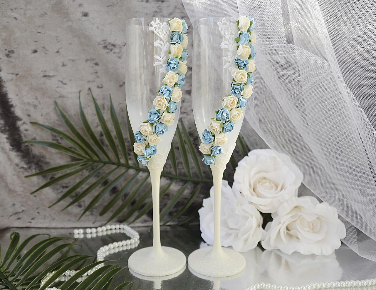 Свадебные бокалы для молодоженов ручной работы. В белом цвете, украшены бело-голубыми цветами