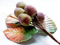 Бутоньерка Персик сахарный на проволоке с листиками, декоративные ягоды