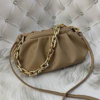 Трендовая женская сумка в стиле Bottega пельмень на цепочке бежевая, фото 1