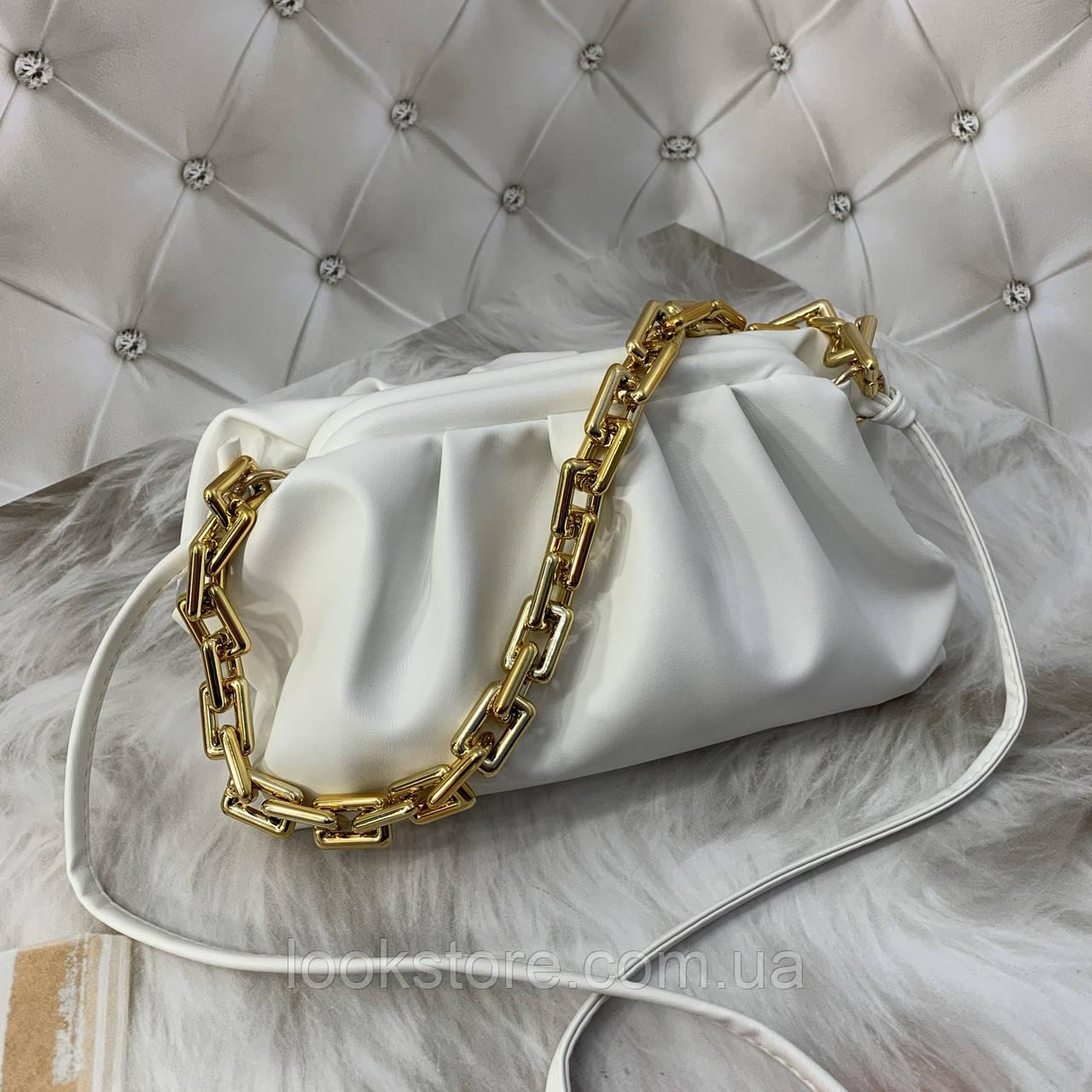 Трендовая женская сумка в стиле Bottega пельмень на цепочке белая