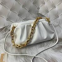 Трендовая женская сумка в стиле Bottega пельмень на цепочке белая, фото 1