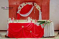Оформление зала с красным и белыми сердцами
