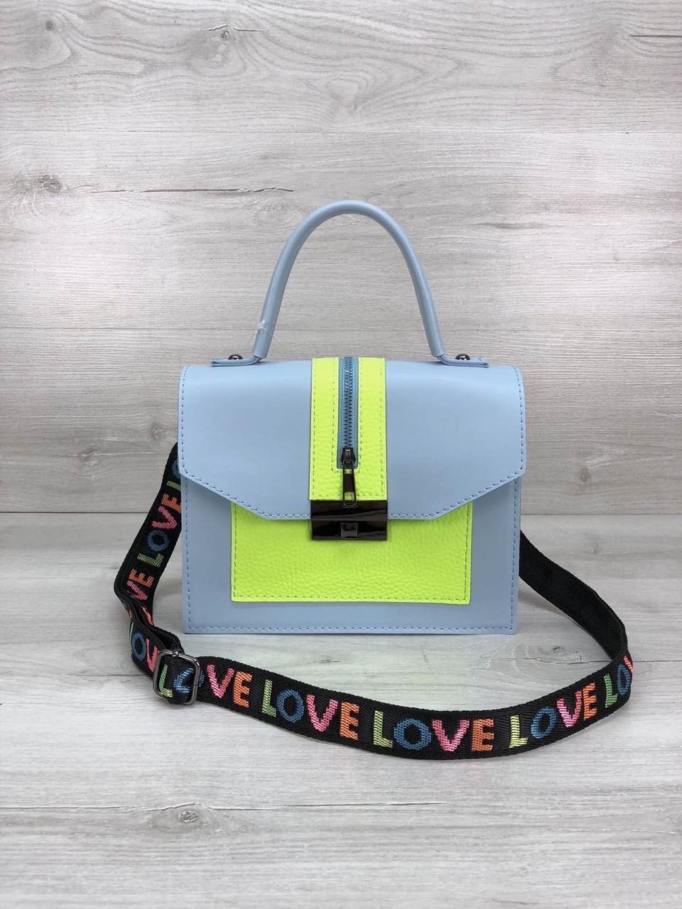 Річна яскрава блакитна сумочка каркасна на широкому ремені текстильному
