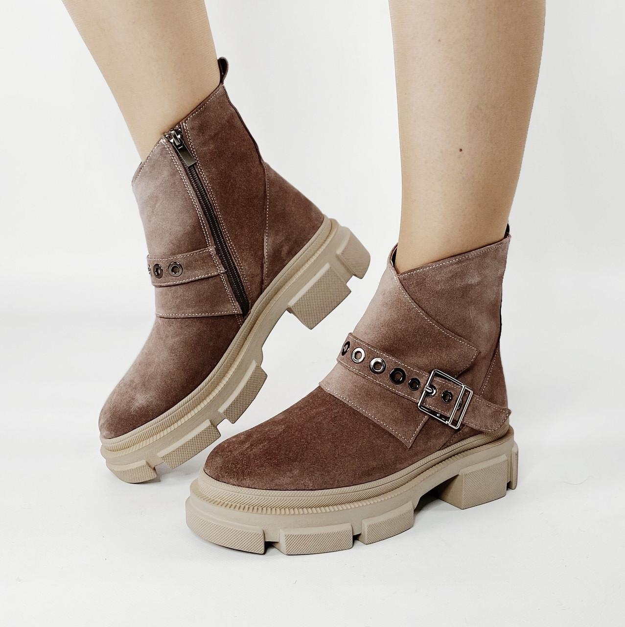 Ботинки женские замшевые цвета кофе с ярким ремешком MORENTO зимние