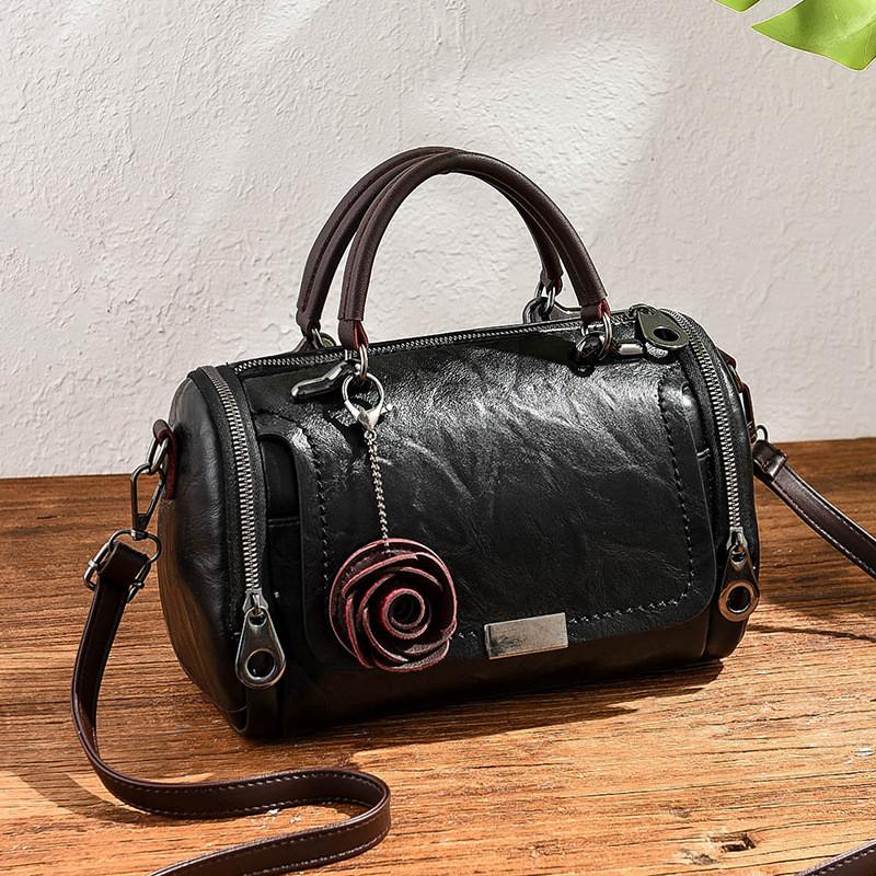Женская черная сумка с брелком код 3-470