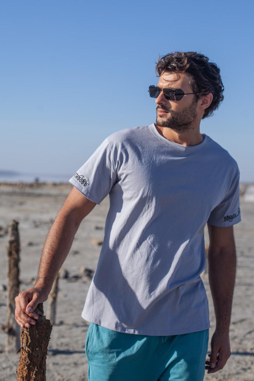 Удобная классная мужская футболка с надписью на рукавах ,цвет серый.