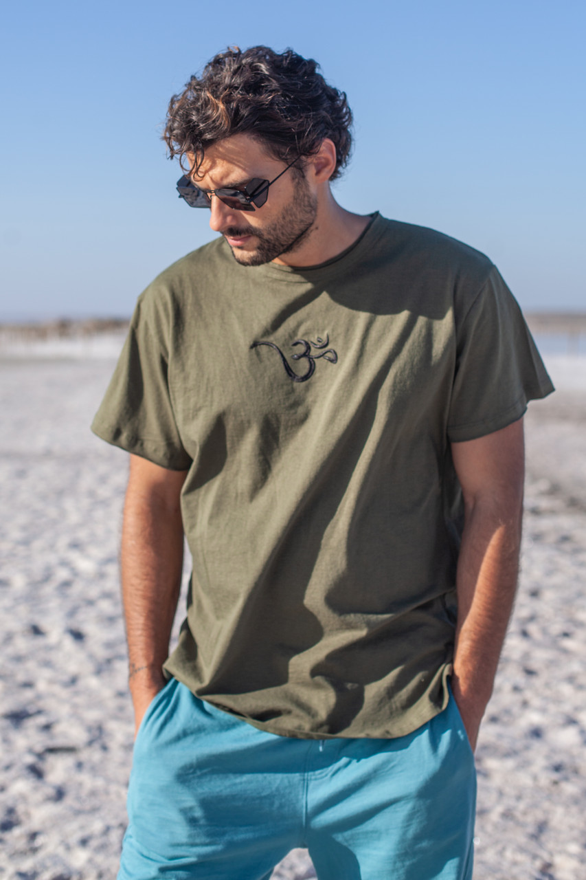Легкая комфортная мужская футболка с символом  на груди ,цвет хаки.