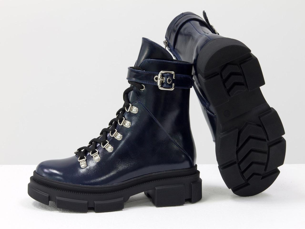 Яркие синие лаковые берцы на шнуровке и на высокой тракторной подошве