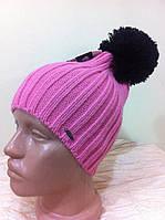 молодёжная одинарная шапка с бубоном  связана английской резинкой  цвет  розовый