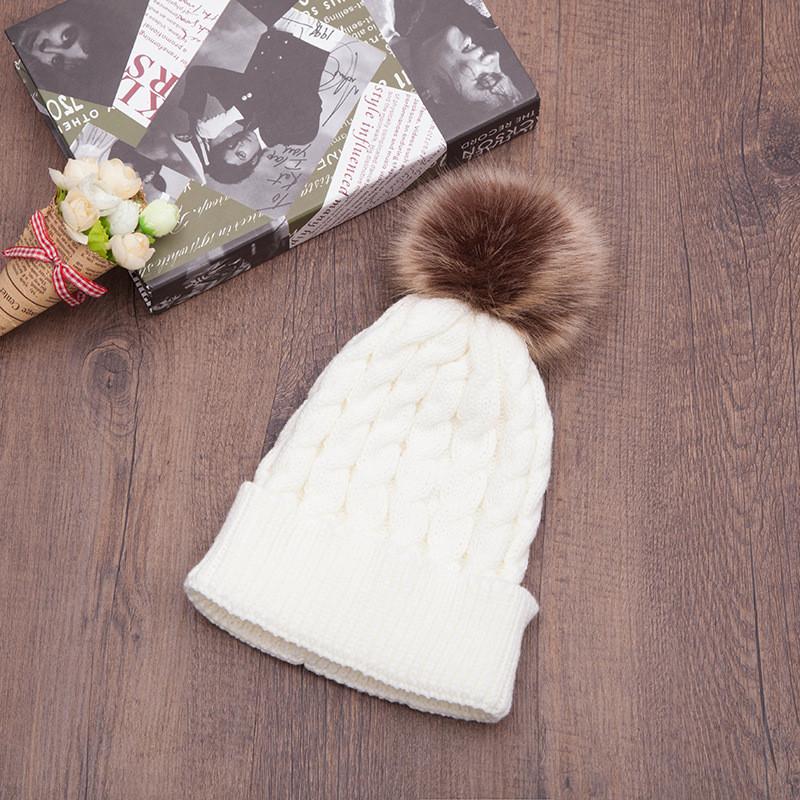 Красива в'язана шапка з помпоном вязаная шапка