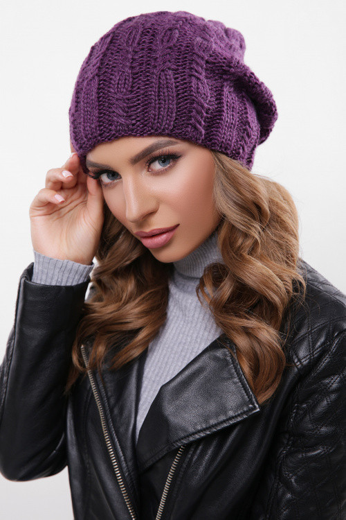 Модная шапка с красивыми текстурными узорами фиолетовая