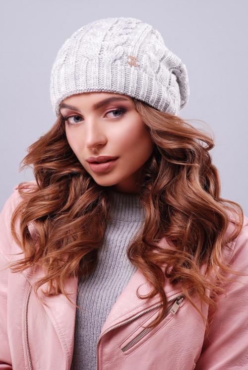 Женская модная шапка с текстурными узорами светло-серая
