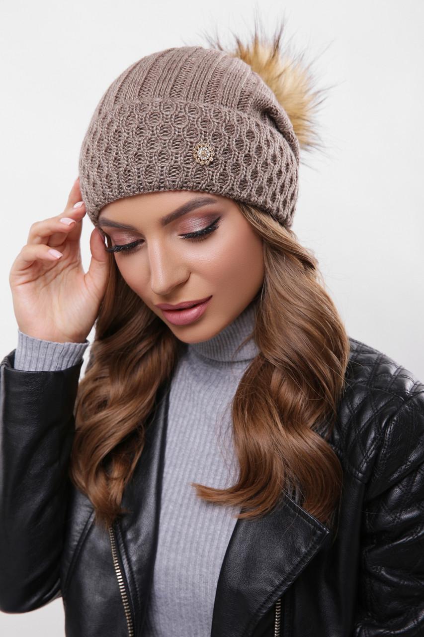 Женская шапка цвета кофе с бубоном и стильной фурнитурой