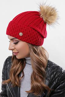 Женская шапка красного цвета с бубоном и стильной фурнитурой