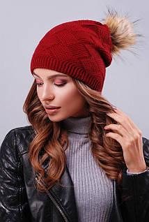 Женская шапка бордового цвета с пышным пампоном из искусственного меха