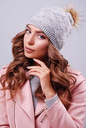 Женская шапка темно-серого цвета с пышным пампоном из искусственного меха