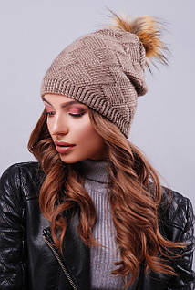 Женская шапка цвета кофе с пышным пампоном из искусственного меха