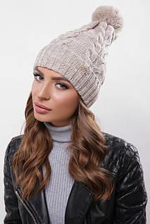 Женская шапка цвета капучиного с узорами и бубоном