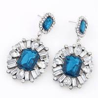 Шикарный дизайн и ослепительный блеск сережки с сине-прозрачными камнями