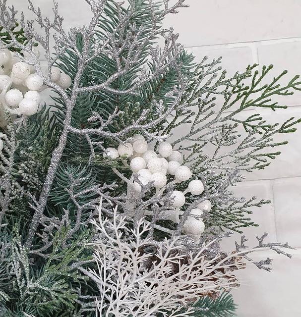 Новорічні декоративні квіти та гілки