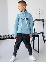 Детский свитшот с карманом кенгуру и воротником стойкой с надписью голубой
