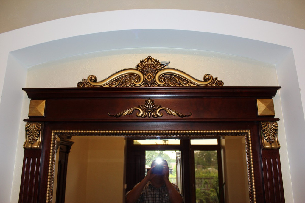 Зеркало в классической деревянной раме с резьбой 4