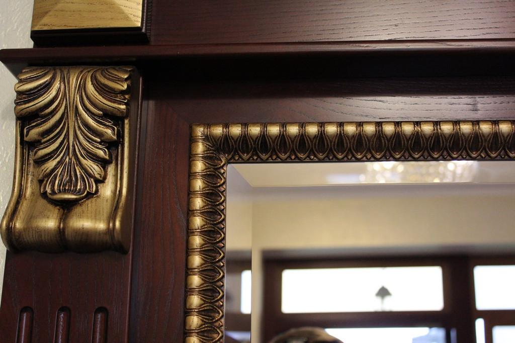 Фацет на зеркальном полотне выгодно подчёркивает красоту изделия, добавляет богатства..