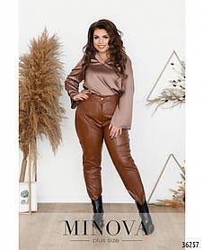 Модные коричневые брюки  женские из кожзама зауженные к низу,  большого размера от 50 до 58