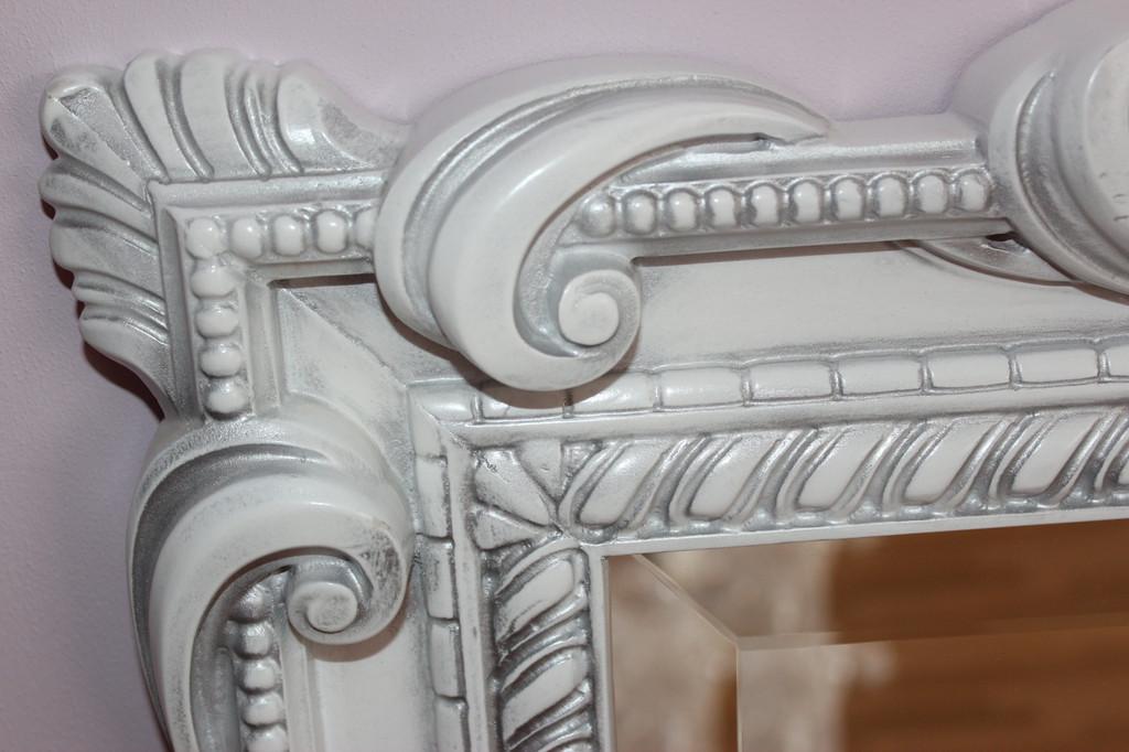 Изогнутые линии отделки характеризуют классическое зеркало Коллекции Николь, богато украшенное витиеватым узором, станет прекрасным декоративным украшением любого интерьера.