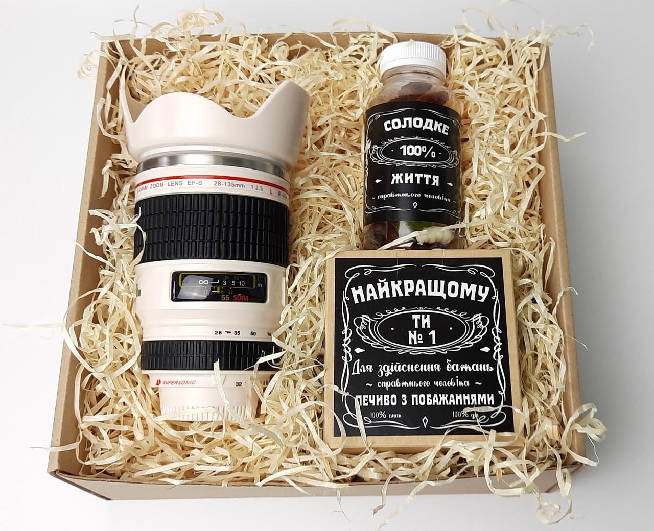 """Мужской подарок """"Мой фотограф любит виски"""": кружка-объектив, конфеты в банке, печенье с предсказаниями"""