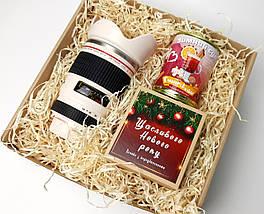 """Подарунковий новорічний набір """"Мій фотограф любить глінтвейн"""": кружка-об'єктив, печиво, глінтвейн"""