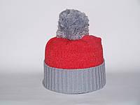 Яркая шапка с помпоном