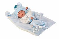 Детская Испанская Кукла Llorens младенец Бимбо из винила, в вязанной шапке на голубой подушке высота 35 см