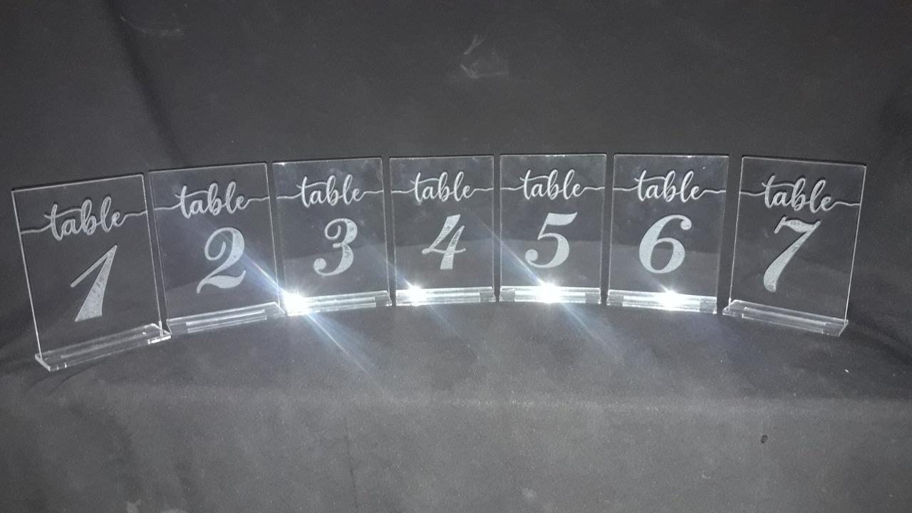 Номерки на свадебный стол  Номерок пластик с гравировкой