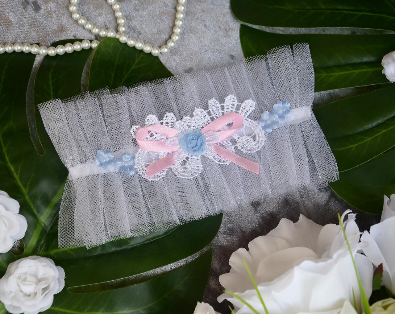 Свадебная белая подвязка на ногу для невесты с голубыми и розовыми элементами