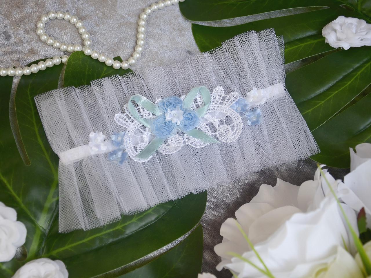 Свадебная белая подвязка на ногу для невесты с голубыми элементами