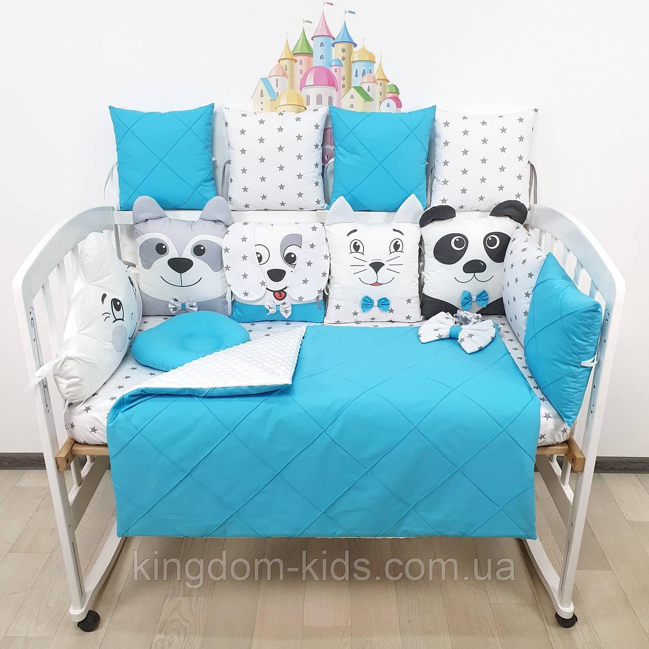Комплект бортиков и постельного в кроватку с игрушками и облаком в ярко-голубых тонах