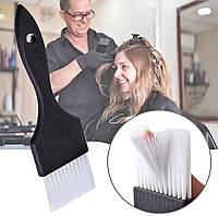 Кисть для окрашивания волос с белым ворсом.