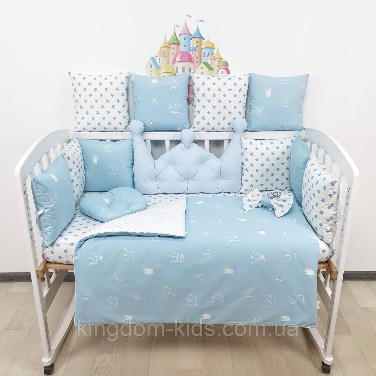 Комплект бортиков и постельного в кроватку с большой короной в голубых тонах.