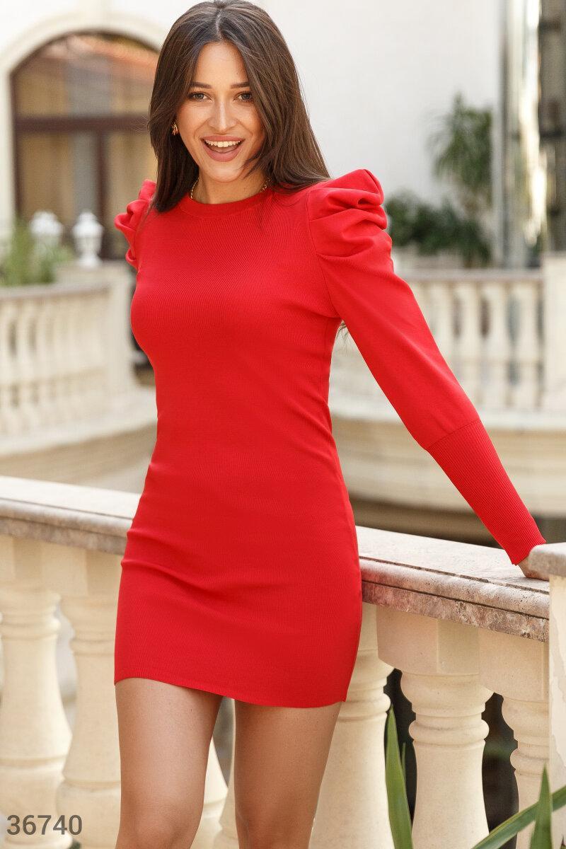 Облегающее трикотажное платье с защипами на плечах красное