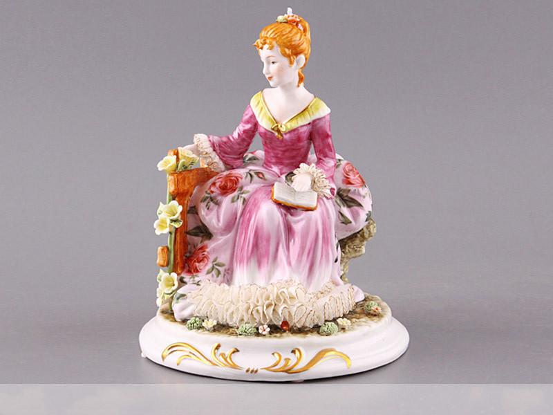 Статуэтка фарфоровая Lefard Девушка с книгой 20 см фарфор