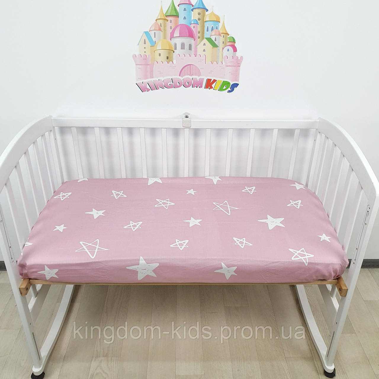 Простынка на резиночке универсальная на детскую кроватку из 100% хлопка- САТИН белые звезды на темно-розовом
