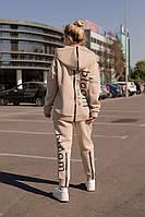 Спортивный женский костюм с молнией на спине