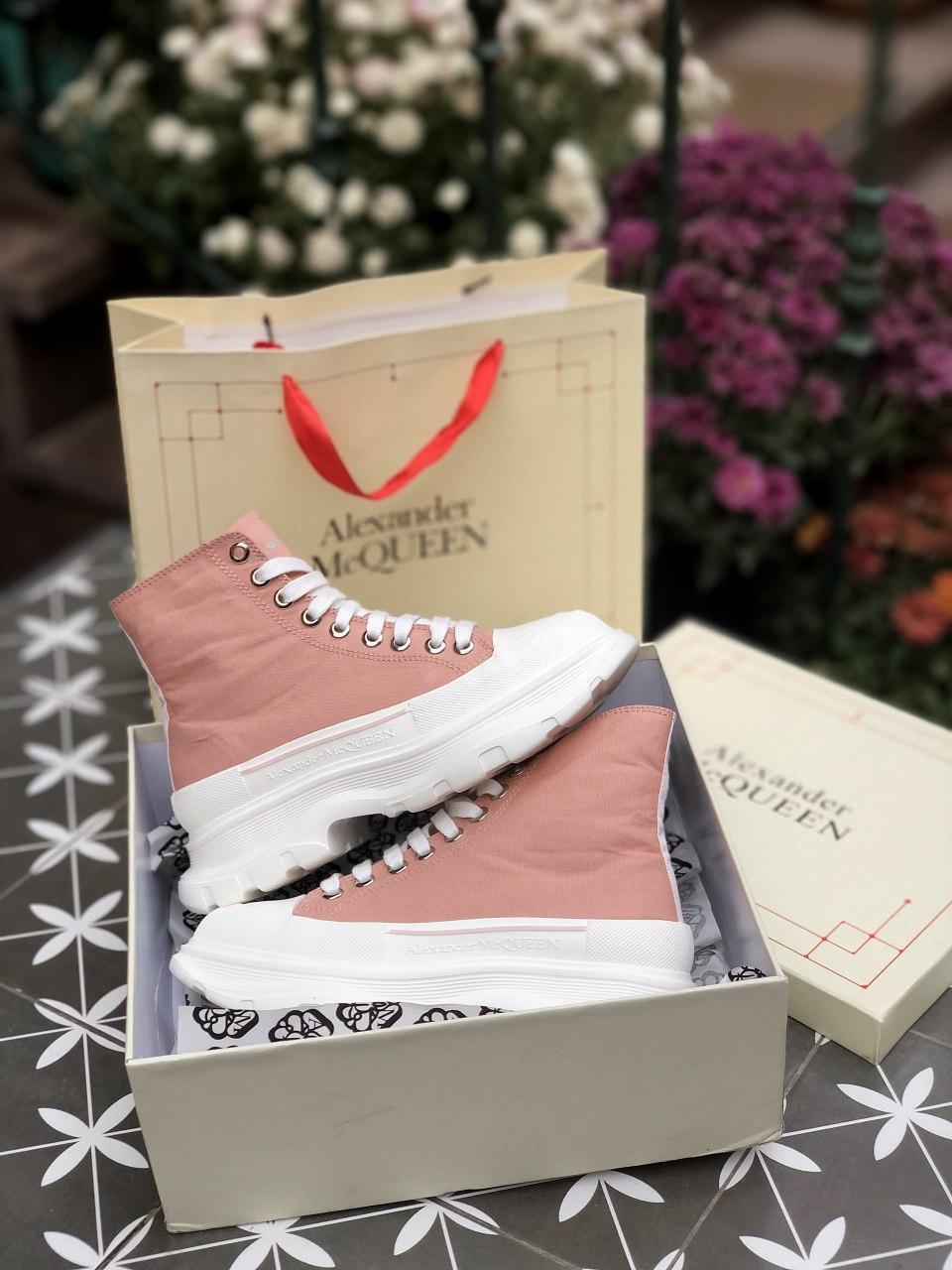 Жіночі кросівки Alexander McQueen Tread Slick бежевого кольору. Кросівки жіночі Alexander McQueen бежеві.