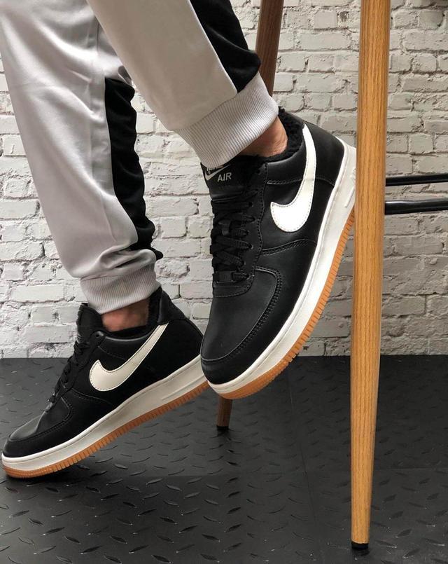 Зимние кожаные кроссовки на меху черного цвета Nike Air Force 1 Low Black White фото