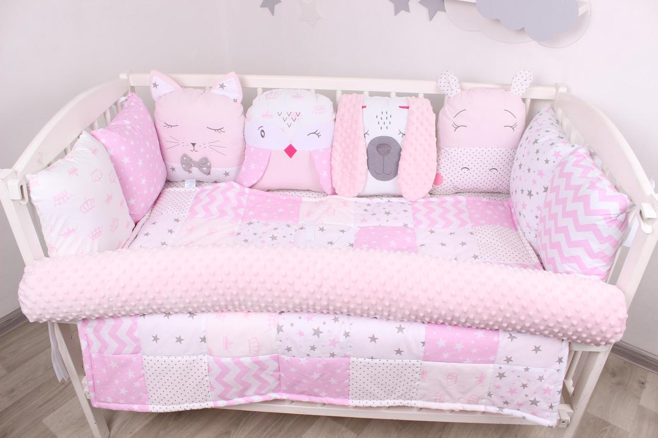 Комплект в кроватку с игрушками и бортиком-валиком в розовом цвете