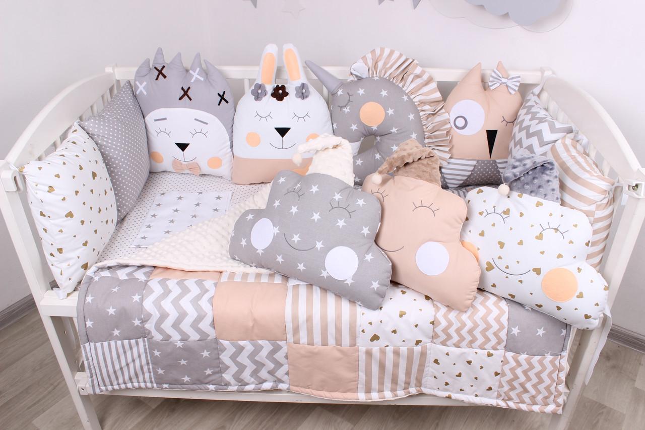 Комплект в кроватку с игрушками и облачками в бежево-серомцвете