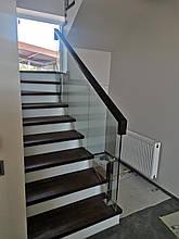 Ограждение для лестницы из дерева и стекла