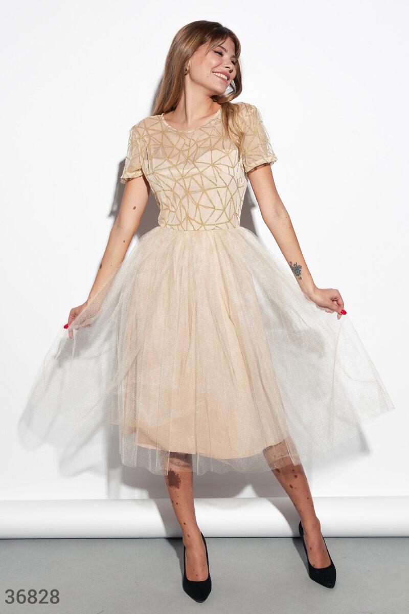 Вечернее приталенное платье с пышной юбкой бежевое